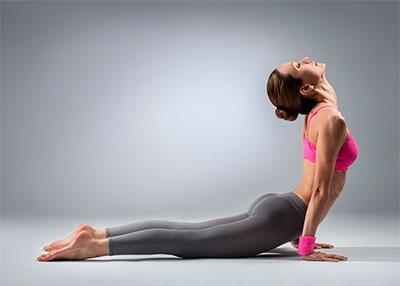 Postura de cobra para queimar gordura nas costas